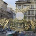 Das Fenster spiegelt die Häuser der Elisabeth-Straße