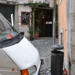Zerbeulte Autos und Fado-Restaurants sind ein typisches Bild in der Alfama