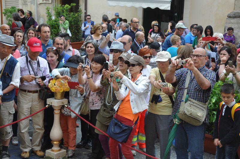 Besucher zum Blütenfest in Noto